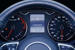 Viehätys nopeita autoja kohtaan — mistä se kumpuaa?